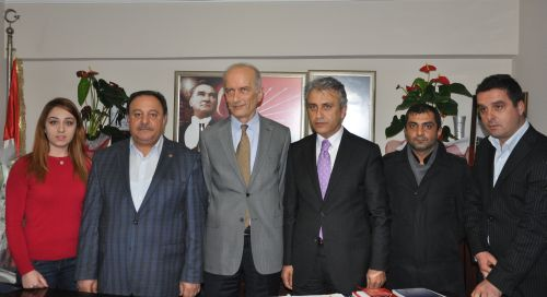 Türk Sağlık-Sen Kocaeli Şube Başkanı Ömer Çeker heyeti ile birlikte CHP İl Başkanı Cihat Altunyuva'yı makamında ziyaret etti.