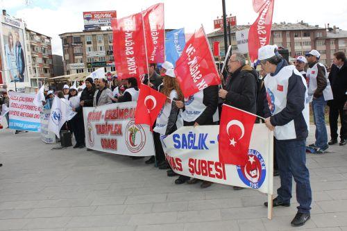 Sağlık çalışanları haklarını talep etmek üzere meydanlara indi. Tabipler Odası, Türk Sağlık Sen ve Sağlık Emekçileri Sendikası yaptıkları açıklamalarla Sağlık Bakanlığını eleştirdi.
