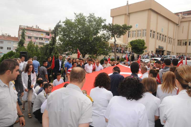 Türk Sağlık-Sen olarak bugün Türkiye'nin dört bir yanında tüm kurumlarımızda şehitlerimizi anarak mesaiye başladık. Sağlık ve sosyal hizmet çalışanlarının katıldığı anma törenlerinde şehitlerimiz için saygı duruşunda bulunularak İstiklal Marşı okundu ve dualar edildi.
