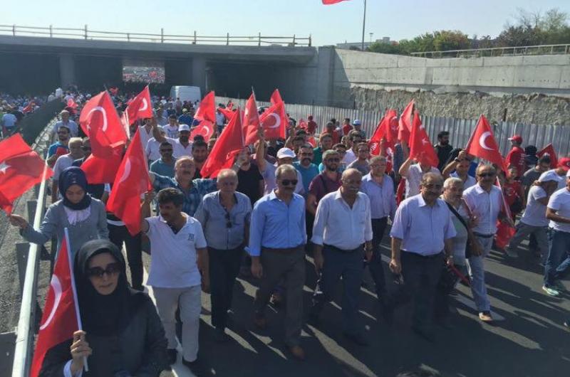 İstanbul Yenikapı'da düzenlenen Demokrasi ve Şehitler Mitinginde Türkiye Kamu-Sen Genel Başkanı İsmail Koncuk, sendikalarımızın genel başkanları, genel merkez yöneticilerimiz, şube başkanlarımız ve üyelerimiz de yer aldı.