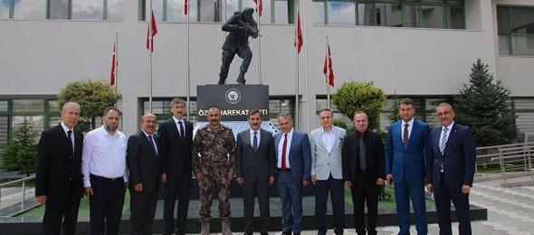 Türkiye Kamu-Sen Genel Başkanı Önder Kahveci ve sendikalarımızın Genel Başkanları, Genel Merkez Yöneticilerimizle birlikte, 15 Temmuz hain darbe girişiminin 3. yılına sayılı günler kala o gece bombalanan ve 51 kahraman polisimizin şehit olduğu Özel Harekât Daire Başkanlığını ziyaret ettiler.
