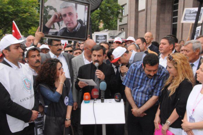 Türk Sağlık-Sen olarak bugün tum yurt genelinde sağlıkta cinayeti protesto için iş bıraktık. Ankara'da Numune Hastanesinden Bakanlık önüne kadar binlerce sağlık çalışanı ile yürüdük. Siyah kefenleri Bakanlık demirlerine asarak Sağlık Bakanlığı'nı protesto ettik.