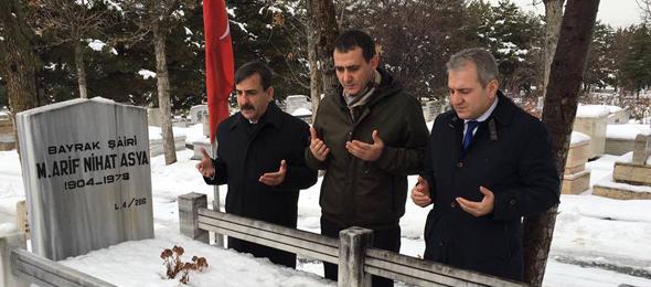 Bayrak Şairi Arif Nihat Asya'yı Mezarı Başında Andık