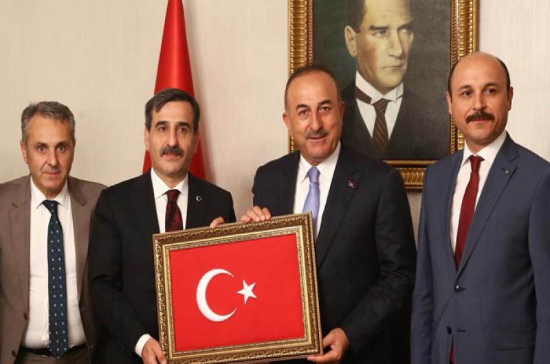 Türkiye Kamu-Sen Genel Başkanı Önder Kahveci ve Yönetim Kurulu üyelerimiz Dışişleri Bakanlığı'na yeniden atanan Mevlüt ÇAVUŞOĞLU'na hayırlı olsun ziyaretinde bulundu.