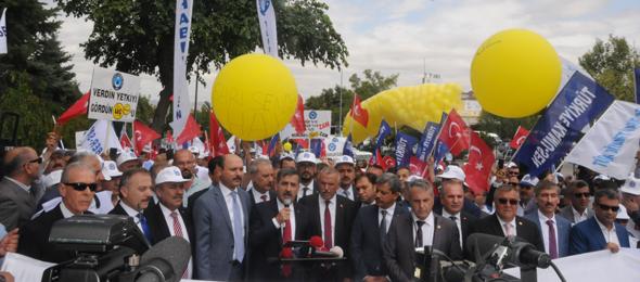Hükümetin memura teklif ettiği zam oranlarını Türkiye genelinde ve başkent Ankara'da Aile, Çalışma ve Sosyal Hizmetler Bakanlığı önünde eş zamanlı olarak protesto ettik.