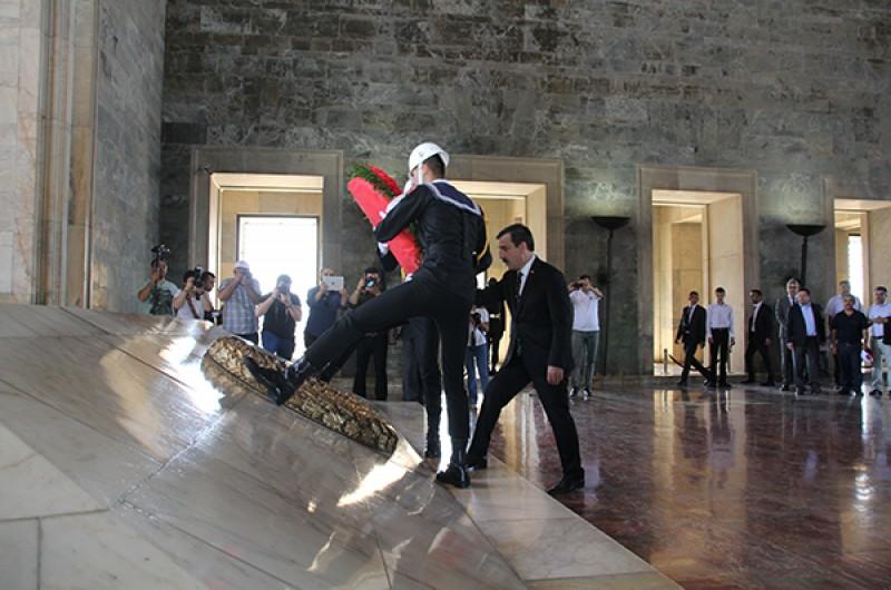 Türkiye Kamu-Sen, 1 Mayıs Emek ve Dayanışma Gününde çalışma hayatının sorunlarını Cumhuriyetimizin kurucusu Gazi Mustafa Kemal Atatürk'ün ebedi istirahatgahı olan Anıtkabir'den tüm Türkiye'ye bir kez daha ilan etti.