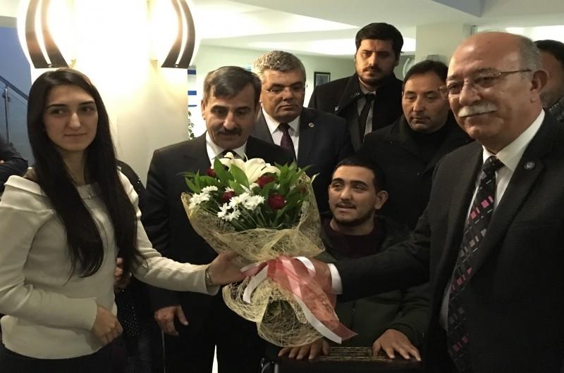Türkiye Kamu-Sen Genel Başkanı İsmail Koncuk ve bağlı sendikalarımızın Genel Başkanları, önceki gün Ankara'da bir benzin istasyonunda şehir magandaları tarafından aileleri ile birlikte saldırıya uğrayan Gazi Muzaffer Oktay ve Gazi İbrahim Kızılkaş'ı ziyaret etti.
