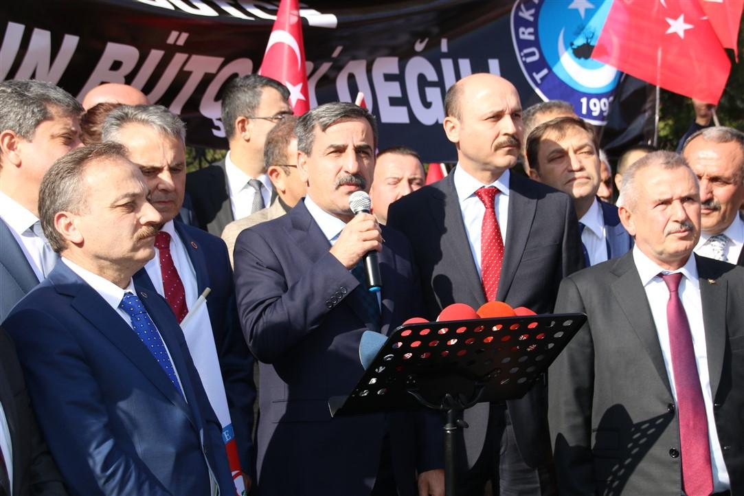 """Türkiye Büyük Millet Meclisi'nde görüşülmeye devam eden 2020 yılı Merkezi Yönetim Bütçe Kanunu Tasarısında """"Memur unutulmasın"""" demek için başkent Ankara'da Hazine ve Maliye Bakanlığı önünde, eş zamanlı olarak ise tüm illerde alanlara inerek """"Bu bütçe memurun bütçesi değil"""" dedik."""