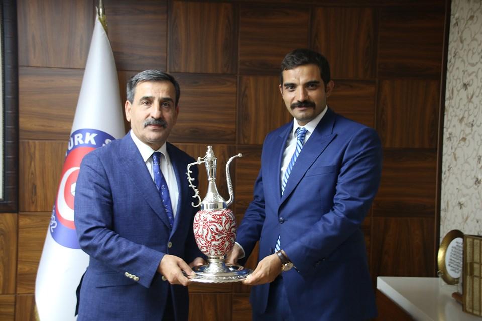 Ülkü Ocakları Eğitim ve Kültür Vakfı Genel Başkanı  Dr. Sinan Ateş, Genel Başkanımız Önder Kahveci'yi ziyaret etti.