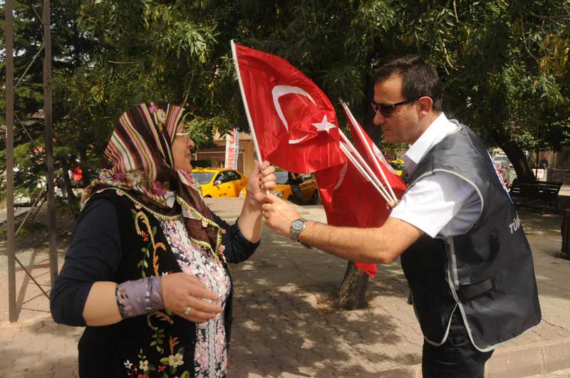 Türkiye'nin ciğerini dağlayan terör olayları ve peş peşe gelen şehit haberlerine tepkiler çığ gibi büyürken, milli değerlerin yılmaz savunucusu Türkiye Kamu-Sen, Genel Merkez binasının bulunduğu Cebeci bölgesinde  Türk bayrağı dağıttı.