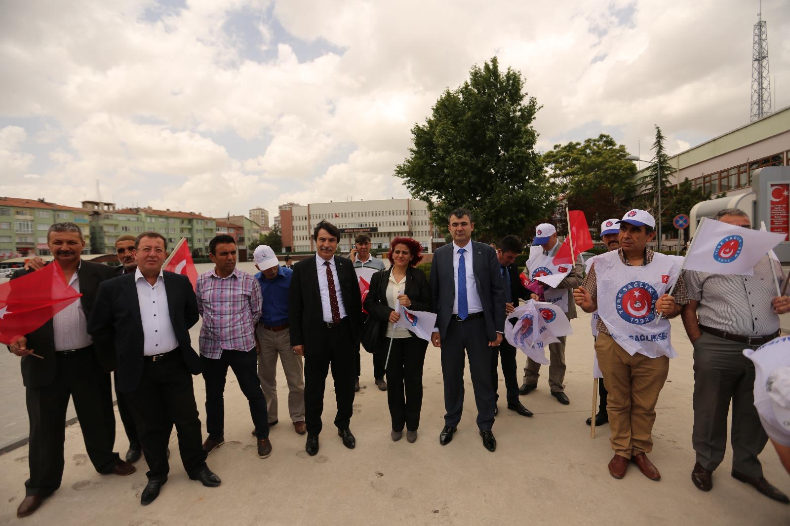 Genel Başkan Yardımcılarımız İsmail Türk ve Mustafa Köse Niğde'de Şube Başkanımız Adnan Özer ve şube yöneticilerimizle birlikte üyelerimize yapılan haksız uygulamalar hakkında bir basın açıklaması yaptılar.