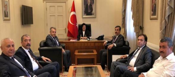 Teşkilat buluşmaları çerçevesinde Muğla'da bulunan Türkiye Kamu-Sen Genel Başkanı Önder Kahveci, Muğla Valisi Esengül Civelek'i makamında ziyaret etti.