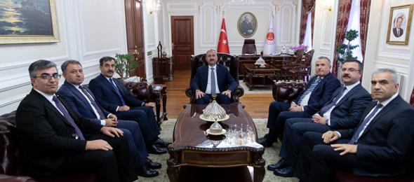 Genel Başkanımız Önder Kahveci, Türk Büro-Sen Genel Başkanı Osman Eksert, Genel Başkan Yardımcımız Ümit Turhan ve Türk Büro-Sen Genel Başkan Yardımcıları Hüseyin Aslan ve  Gürkan Orhan'la birlikte Adalet Bakanı Abdulhamit Gül'ü ziyaret etti.