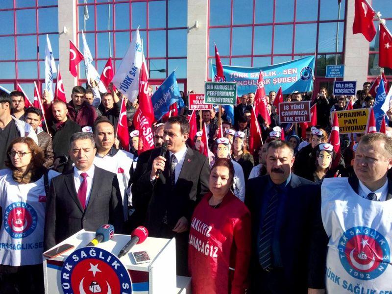 Genel Başkan Yardımcılarımız Hasan Şirin ve Abdurrahman Uysal Zonguldak'ta Bülent Ecevit Üniversitesi Hastanesinde Zonguldak şubemiz tarafından gerçekleştirilen iş bırakma eylemine katıldılar. Eyleme Türkiye Kamu-Sen'e bağlı sendikaların Zonguldak şube başkanları da destek verdi.