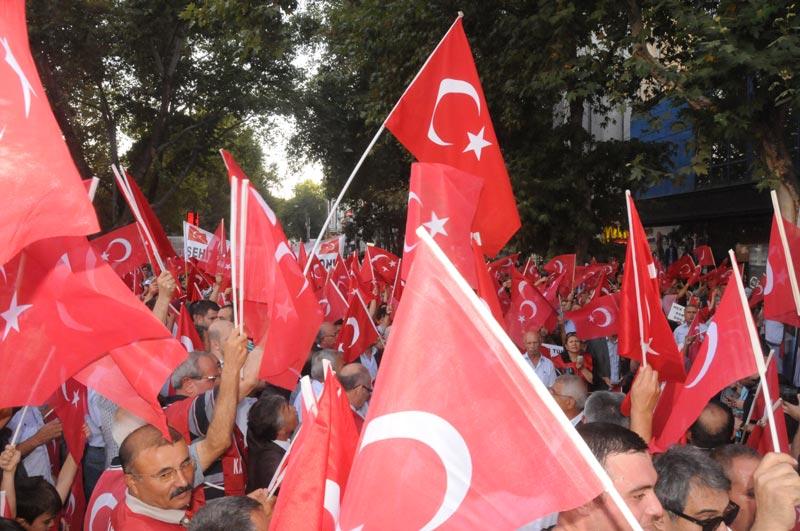 Günlerdir düzenlediği çeşitli eylemlerle artan terör olaylarını protesto eden Türkiye Kamu-Sen ailesi,  bir taraftan da şehitlerimizin acısını ve yasını yüreğinde hissetmeye devam ediyor.