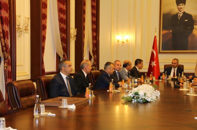 Türkiye Kamu-Sen Genel Başkanı Önder Kahveci ve Yönetim Kurulu üyelerimiz Adalet Bakanlığı görevine yeniden atanan Abdülhamit Gül'e hayırlı olsun ziyaretinde bulundu.