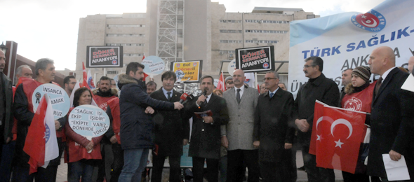 Döner sermayeler için Türkiye genelinde sendikamızın şubeleri alanlara çıkarken Genel Başkanımız Önder Kahveci ve Genel Başkan Yardımcılarımız İsmail Türk ile Kenan Karaçam Ankara Üniversite şubemizin İbn-i Sina Hastanesi önünde gerçekleştirdiği eyleme katıldılar.  Genel Başkan Yardımcılarımız Mustafa Köse ile Mustafa Yiğit'te Ankara 1 nolu şubemizin şehir hastanesi önünde gerçekleştirdiği eyleme katıldılar.