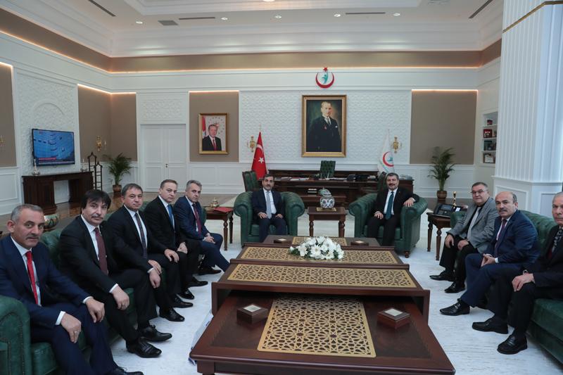 Genel Başkanımız Sayın Önder Kahveci, konfederasyonumuza bağlı sendikaların Genel Başkanları ve Genel Merkez Yönetim Kurulu Üyelerimiz ile birlikte Sağlık Bakanı Dr. Fahrettin Koca'yı ziyaret ettiler.