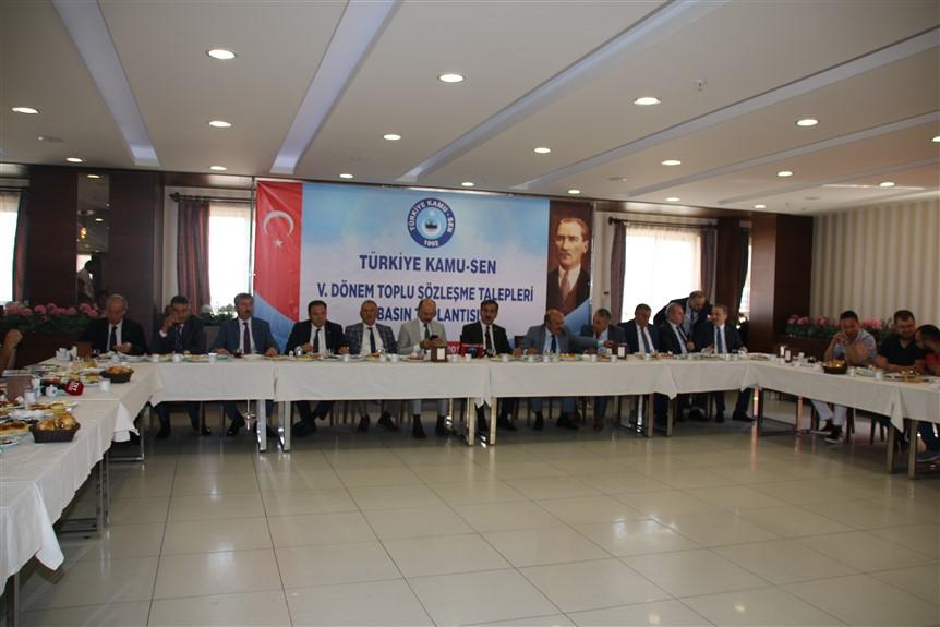 Toplu Sözleşme görüşmelerine sayılı günler kala Türkiye Kamu-Sen olarak zam oranlarını ve öne çıkan taleplerimizi açıkladık.