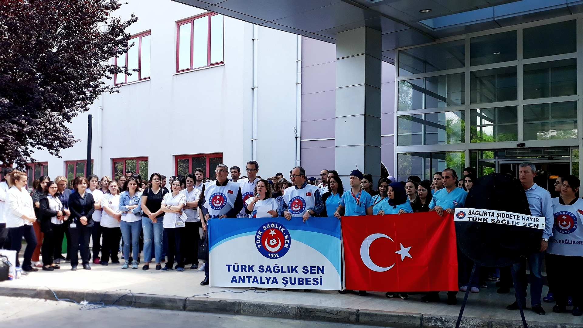 Şağlıkta Şiddet Son Bulsun konulu basın açıklamamız Akdeniz Üniversitesi Hastanesi K Blok girişinde Başkan Yardımcımız Türkan ŞANLI tarafından yapılmıştır. Bize destek veren Akdeniz Üniversitesi Hastanesi çalışanlarına ve basın mensuplarına katılımlarından dolayı teşekkür ederiz.
