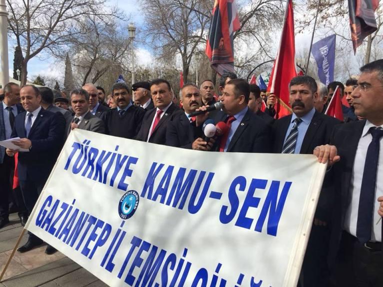 """Türkiye Kamu-Sen Gaziantep İl Temsilciliği olarak; teröristlerle mücadele eden Mehmetçik ve güvenlik güçlerimize destek vermek adına """"Her Şartta Mehmetçikle Beraberiz. Acımız da Sevincimiz de bir"""" temalı kitlesel basın açıklaması yaptık."""