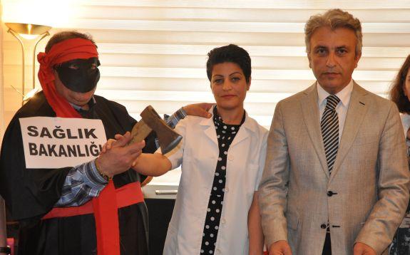 Sağlık Bakanlığının Aile Hekimleri ve Aile Sağlığı Çalışanlarına ihtar puanını 5'den 20'ye çıkarılması üzerine Kocaeli Şubemiz bir basın açıklaması yaptı