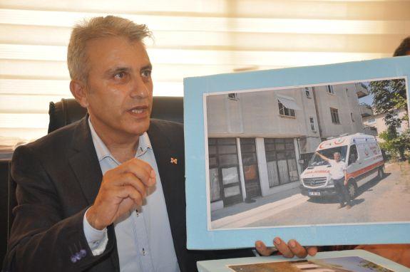Türk Sağlık Sen Kocaeli Şube Başkanı Ömer Çeker Darıca 1 Nolu 112 Acil Sağlık Hizmetleri İstasyonunda görev yapan sağlık çalışanlarının yaşamış olduğu olumsuz ve sağlıksız şartlar altında hizmet üretmeye çalışması hakkında şubede basın açıklaması yaptı.