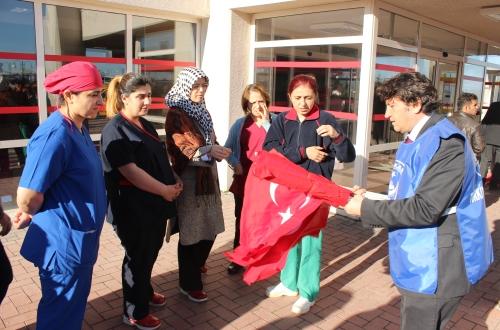 Türk Bayrağı Dağıttık.
